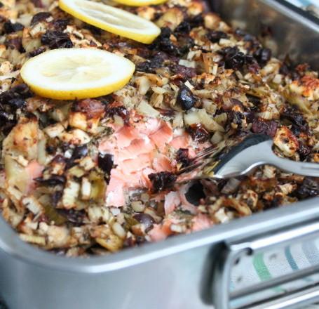 ugnsstekt lax medelhavslax fänkål oregano timjan vitlök oliver soltorkade tomater kronärtskockor