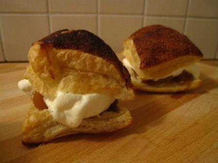 Smördegsrutor med äppelkompott och calvadosgrädde