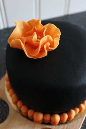 Minitårta i svart marsipan