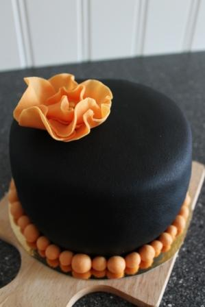 Liten svart marsipantårta
