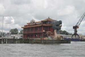 Övergiven restaurangbåt