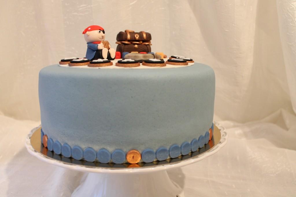 Ljusblå pirattårta med guldmynt