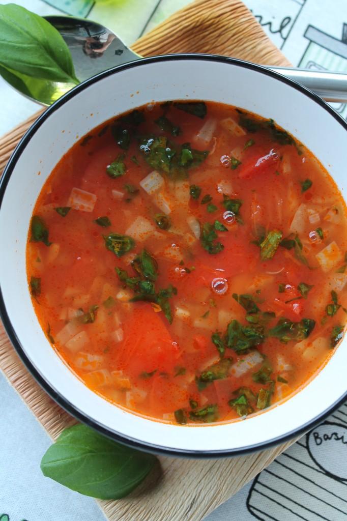 Soppa-vita bönor-tomat-basilika