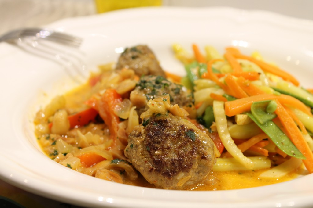 thaiköttbullar jordnötssås stekt sallad