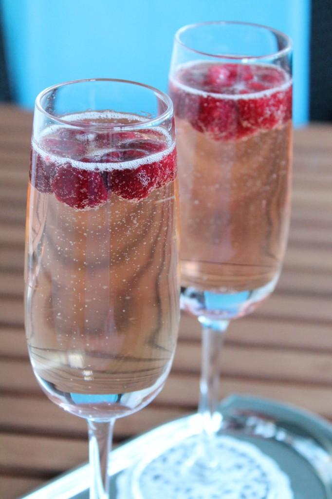 Enkel Och Elegant Champagnecocktail Med Hallon