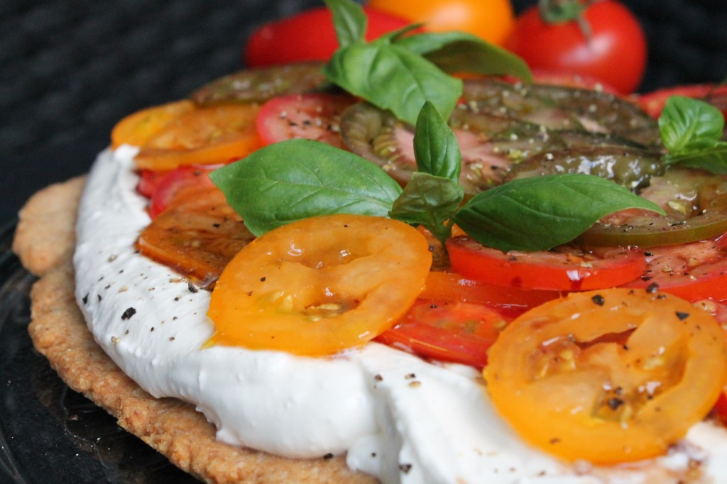 vegetarisk smörgåstårta tomat pepparrotskräm