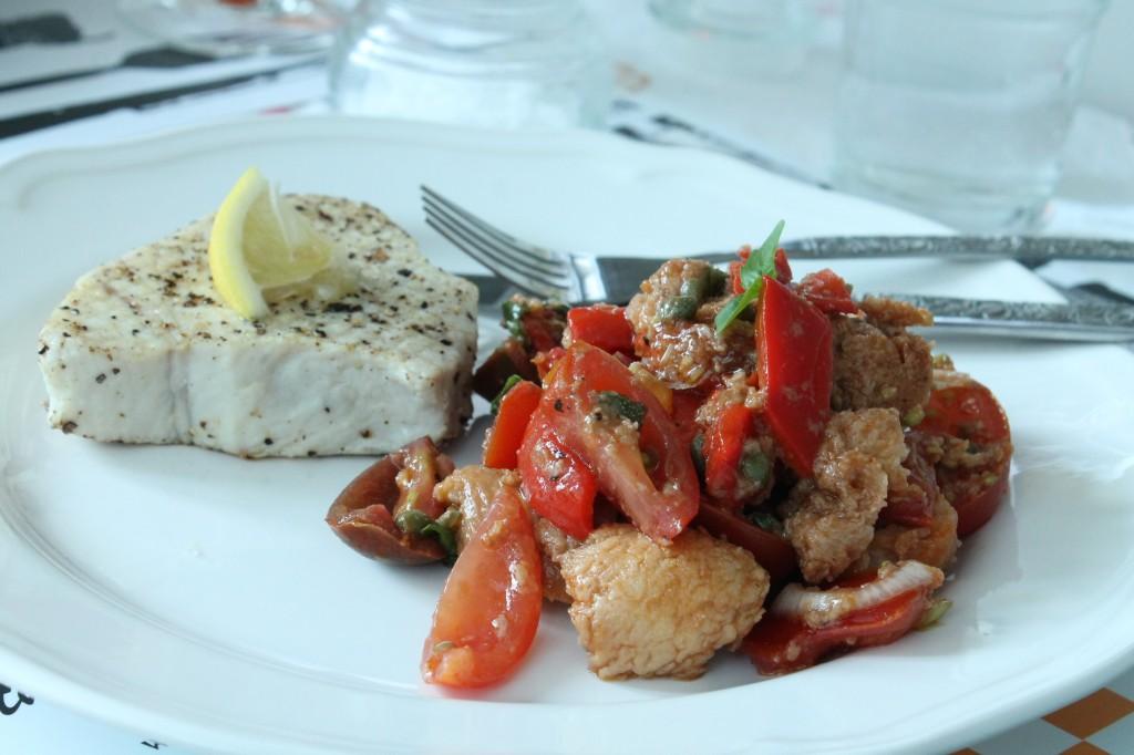 italiensk tomat- och brödsallad grillad vit tonfisk