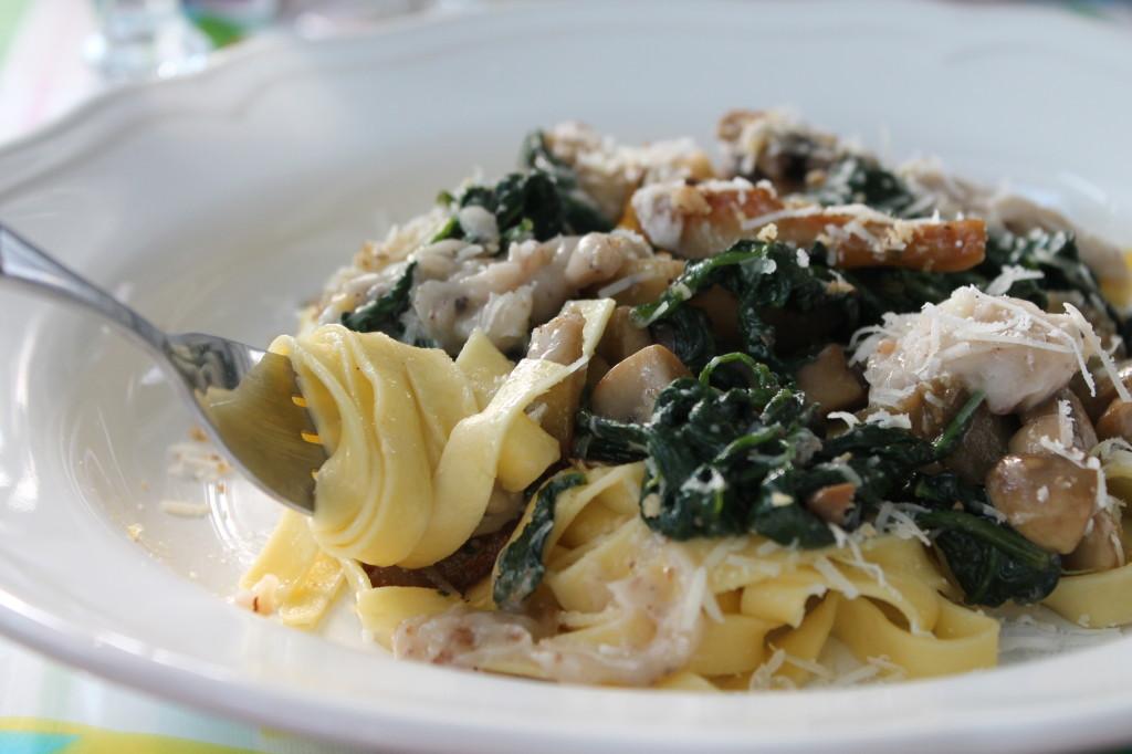 pasta med ugnsrostade jordärtskockor spenat champinjoner valnötsmajonnäs vegetariskt