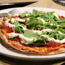 pizza parmesankräm bresaola ruccola libabröd