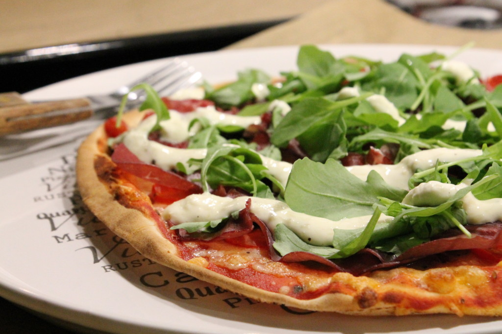 pizza bresaola parmesankräm ruccola libabröd