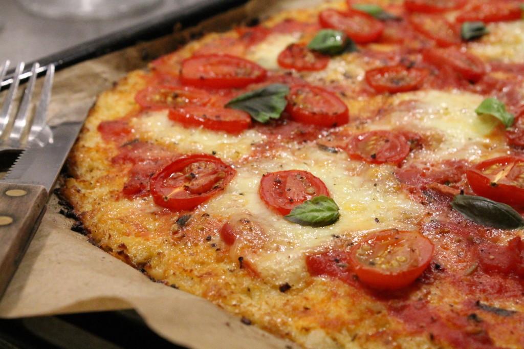 pizza vegetarisk blomkålsbotten glutenfri