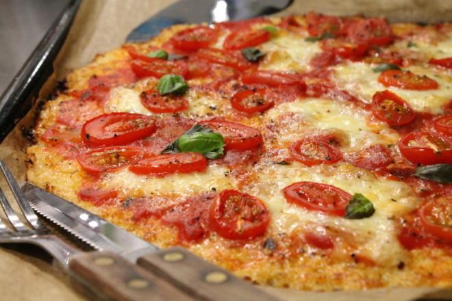 pizza glutenfri vegetarisk blomkålsbotten mozzarella västerbottensost