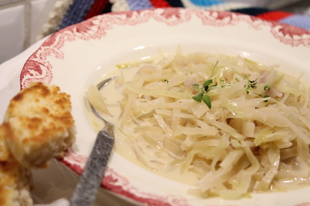 vitkålssoppa vitkål vegetariskt vitt vin grädde timjan