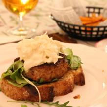 öppen burgare kalkonburgare kalkonfärs coleslaw ingefära sötpotatispommes tryffelmajonnäs