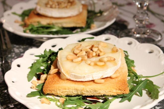 toast chèvre getost pinjenötter honung ruccola förrätt fredagsmys balsamico