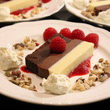 randig chokladterrin dessert fest hallon hallonspegel vaniljkräm rostad krisp choklad