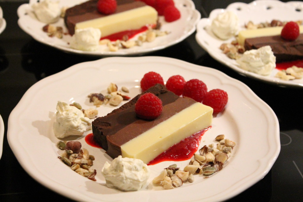 randig chokladterrin rostad krisp hallonspegel vaniljkräm choklad dessert