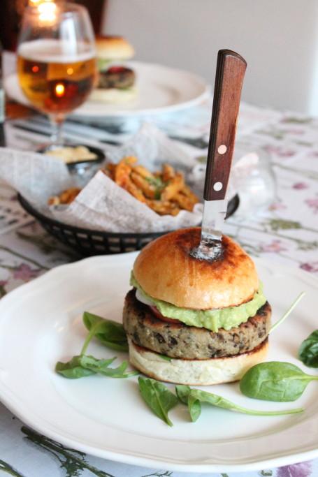 svampburgare vegetarisk burgare kastanjechampinjoner grillat sötpotatisstrips tryffelmajonnäs