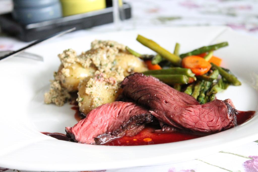 rostbiff rosastekt potatis valnötspesto pestopotatis rödvinssås smörstekta grönsaker festmåltid