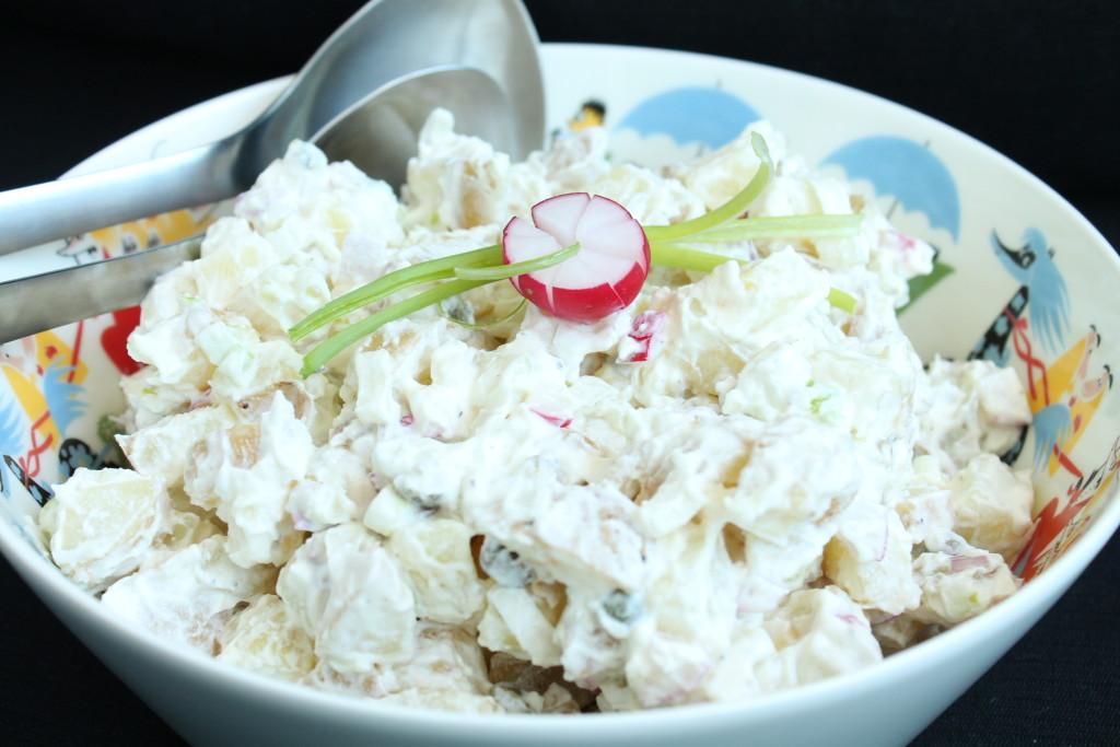 potatissallad hemmagjord turkisk yoghurt fräsch kapris rödlök vitlök rädisor