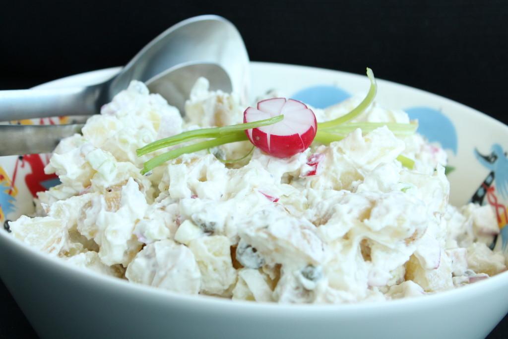 potatissallad turkisk yoghurt rädisor rödlök kapris vitlök