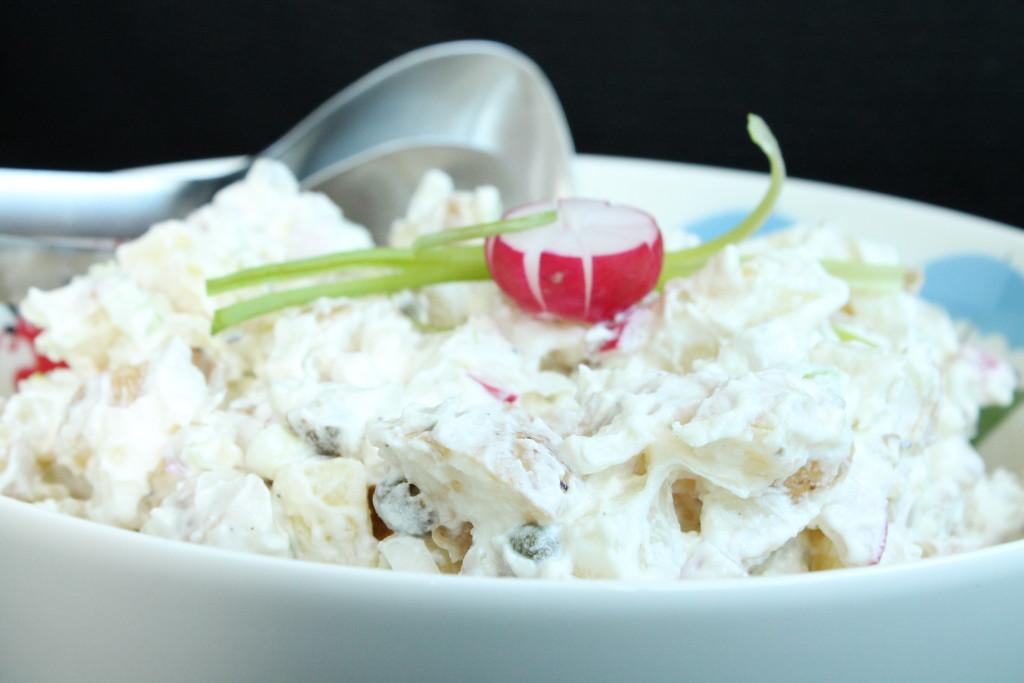 potatissallad turkisk yoghurt rädisor vitlök kapris rödlök sommar