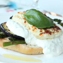 vegetarisk burgare grillat sparris halloumi aubergine yoghurtsås basilika vitlök ciabatta lättlagat