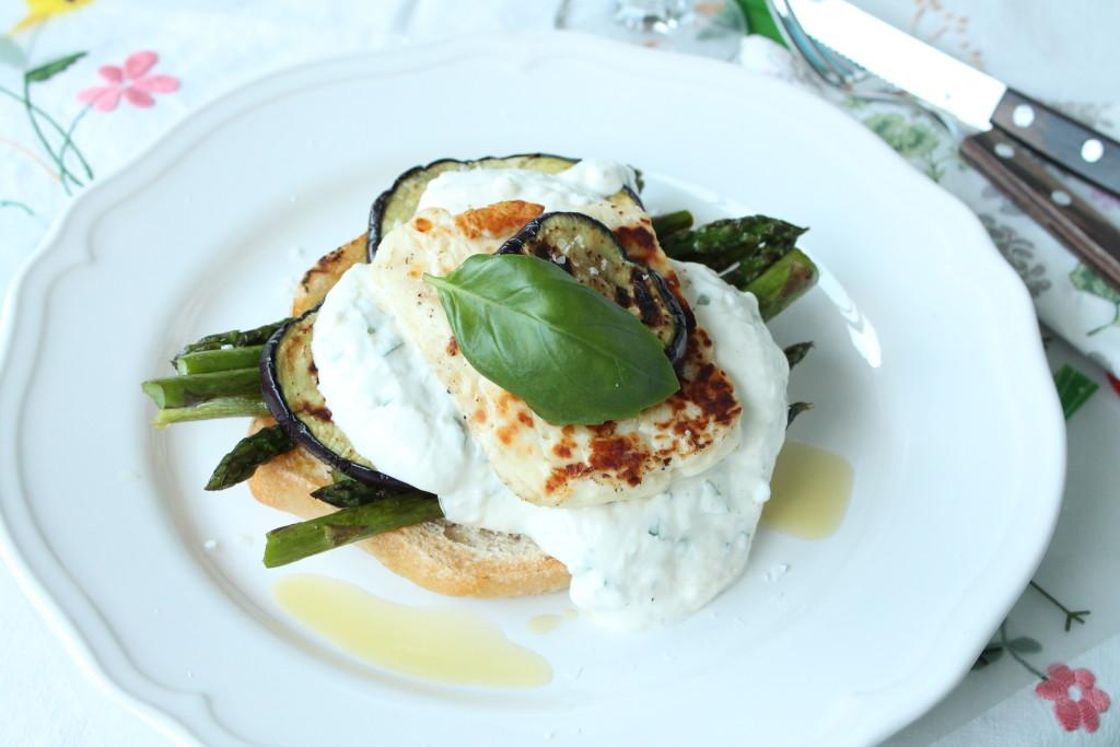 grillat öppen burgare vegetarisk sparris halloumi aubergine yoghurtsås basilika vitlök