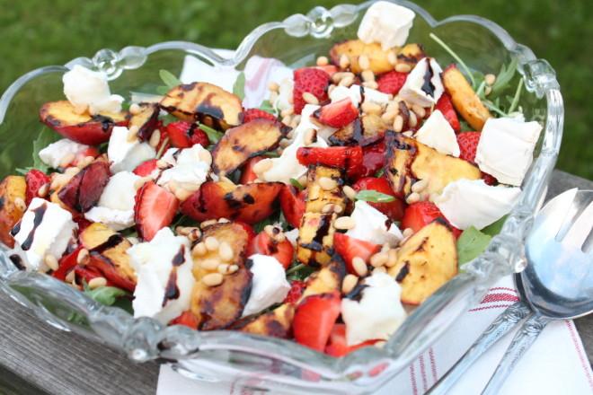 sommarsallad sommarmat grillad nektarin jordgubbar chèvre ruccola pinjenötter