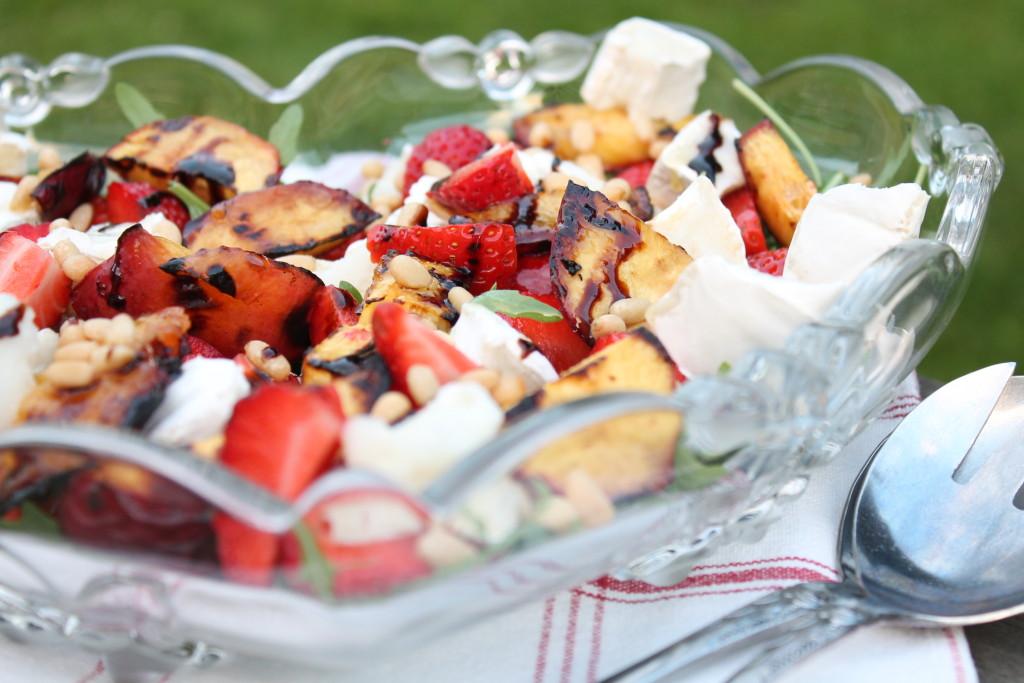 sommarsallad jordgubbar grillad nektarin ruccola chèvre