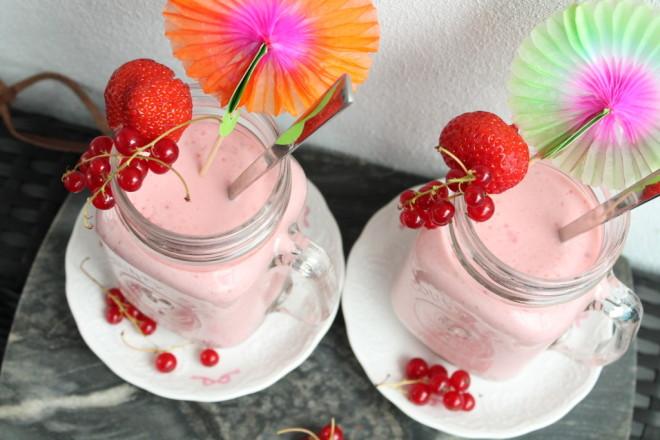 sommarsmoothie röda vinbär jordgubbar banan naturell yoghurt smoothie
