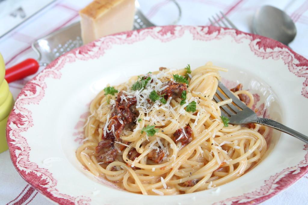vegetarisk pasta carbonara soltorkade tomater liquid smoke ägg parmesan