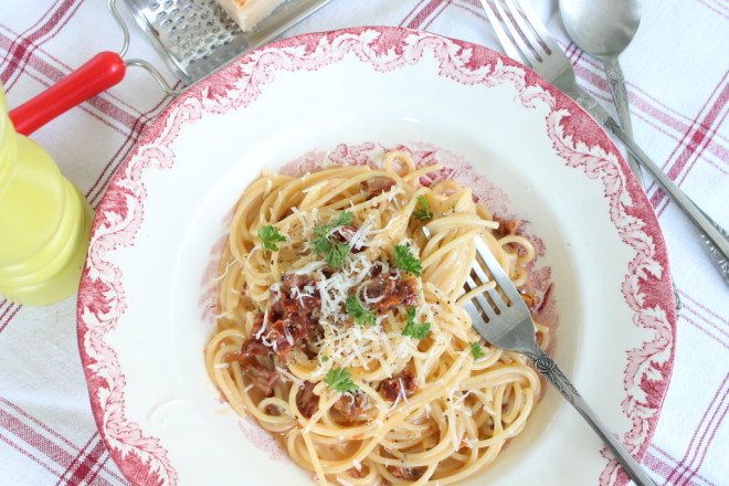 pasta carbonara soltorkade tomater vegetarisk liquid smoke ägg parmesanost persilja