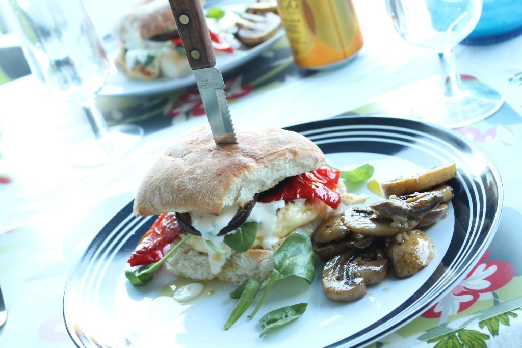 halloumiburgare stekheta stina vitlökschampinjoner grillat vegetariskt paprika aubergine dressing vitlök basilika spenat källarfranska husvagnssemester