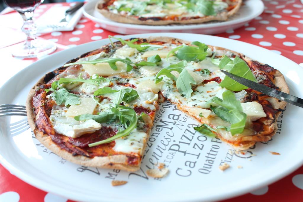 pizza fyra ostar gorgonzola parmesan chèvre mozzarella ruccola quattro formaggi