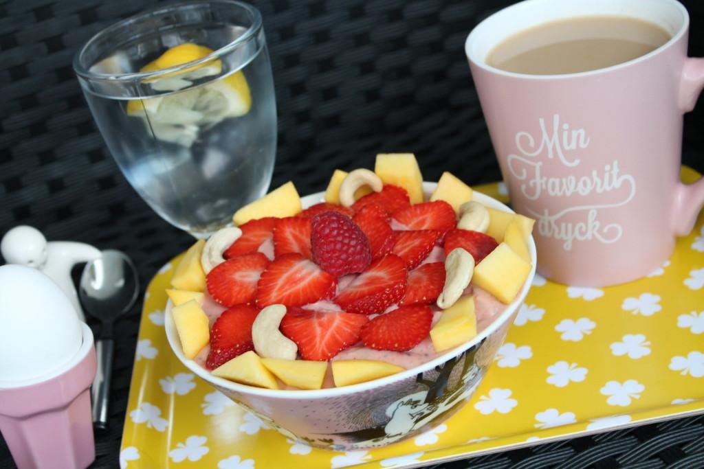 smoothieskål smoothiebowl mango jordgubbar hallon cashewmjölk cashewnötter chiafrön mjölkfri