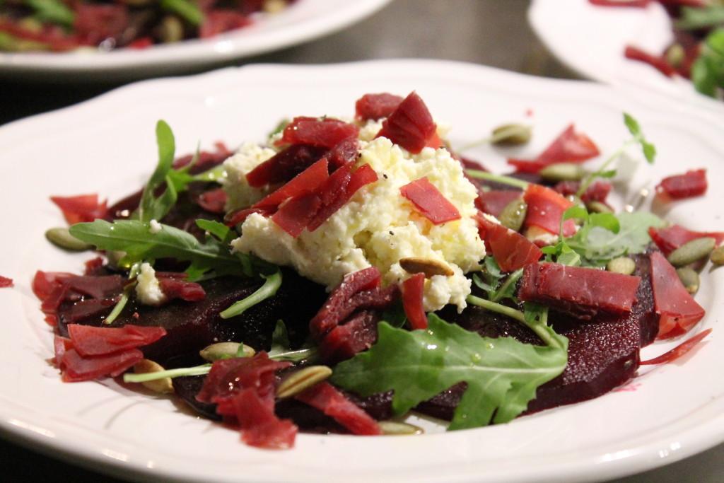 rödbetscarpaccio fetaost fetaostkräm ruccola pumpafrön bresaola förrätt