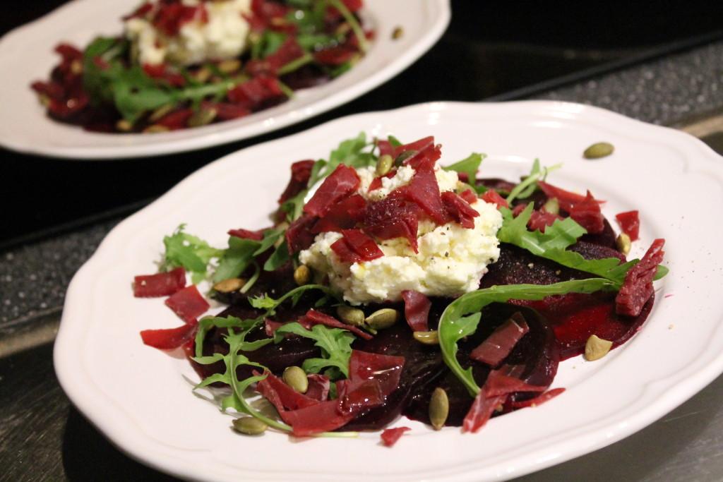 förrätt rödbetscarpaccio fetaostkräm ruccola pumpafrön bresaola olivolja