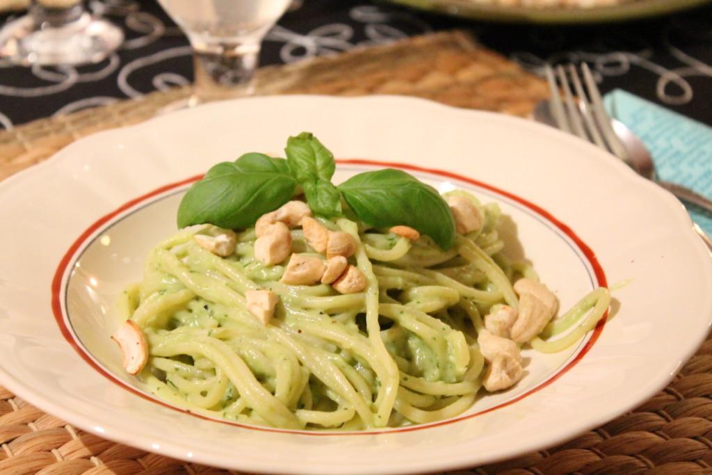 krämig vegetarisk pasta avokado basilika rostade cashewnötter chèvre getost snabblagat