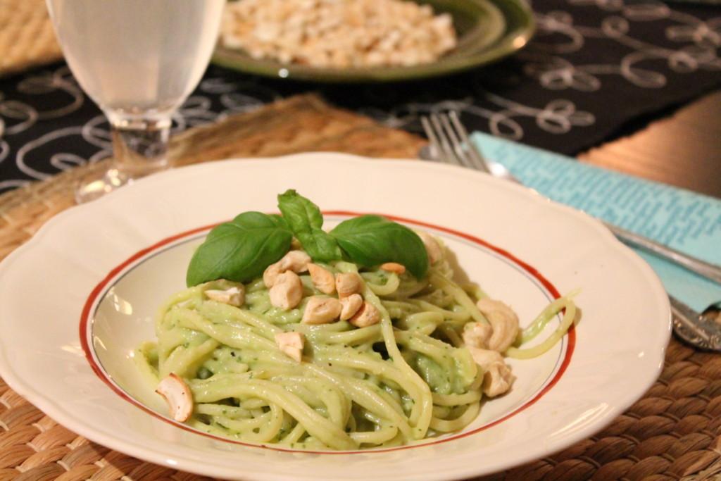 vegetarisk pasta krämig avokado chèvre basilika snabblagat rostade cashewnötter