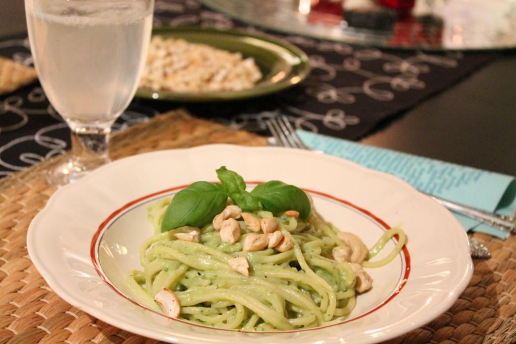 vegetarisk pasta krämig avokado chèvre basilika rostade cashewnötter