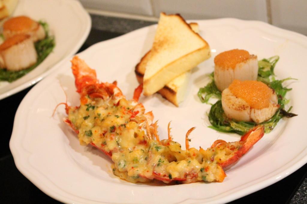 gratinerad hummer chili västerbottensost pilgrimsmusslor sjögräs löjrom toast förrätt