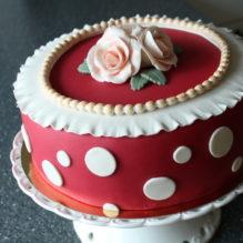 tårta marsipan prickigt prickar rosor champagnemousse jordgubbsmousse pärlband