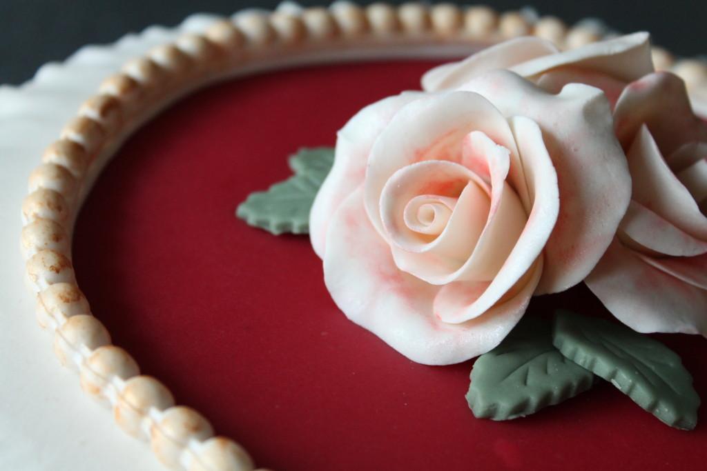 tårta marsipan rosor pärlband