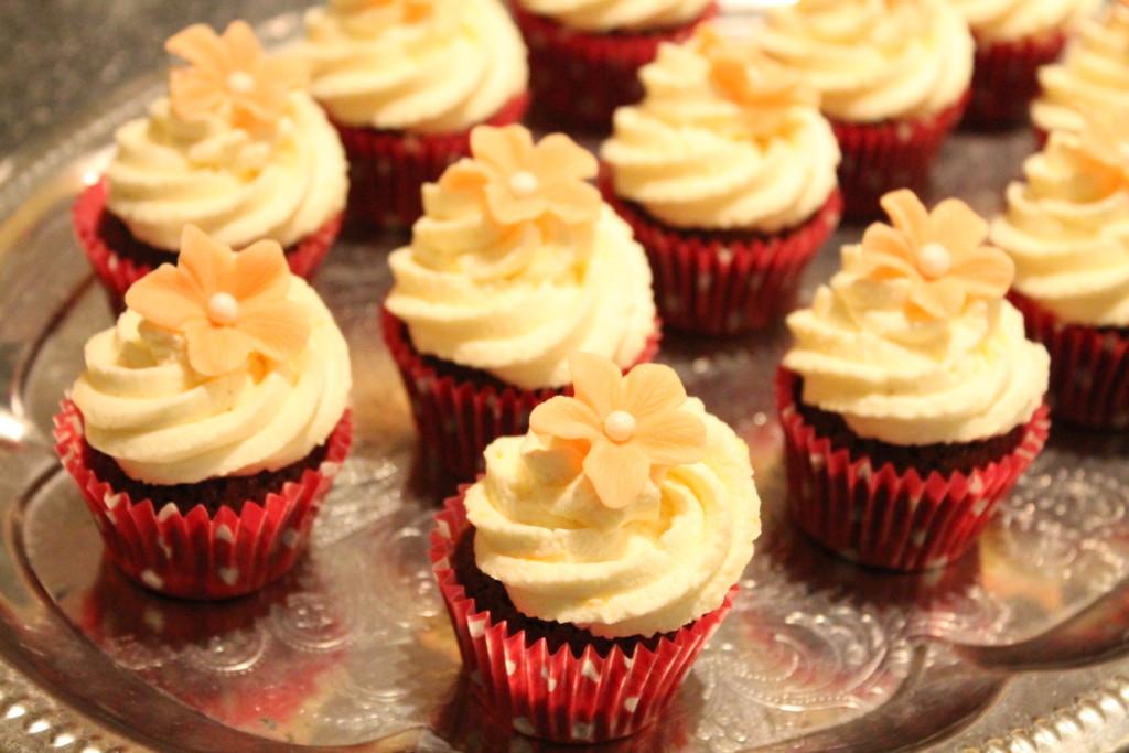 chokladmuffins minimuffins mini cupcakes apelsincurd apelsincurdgrädde marsipanblomma