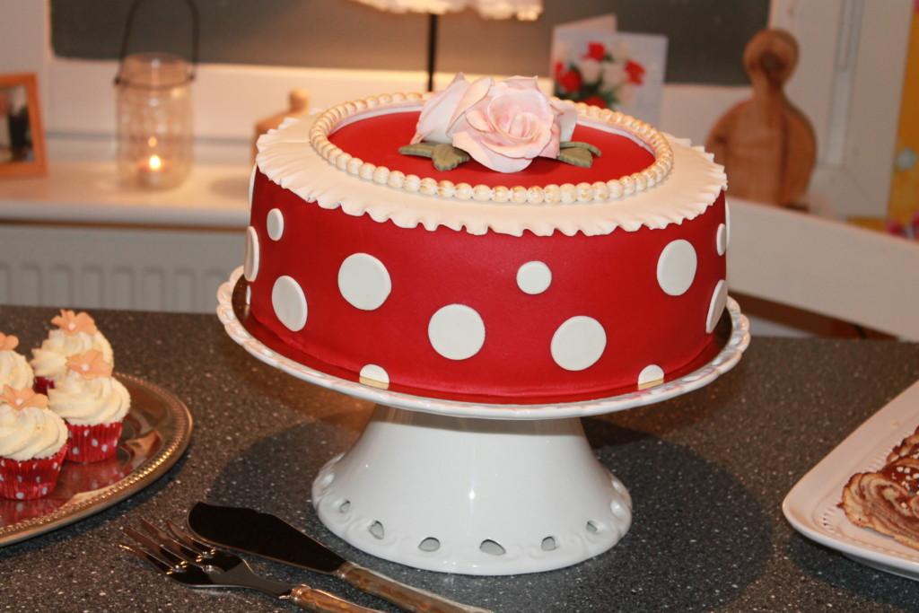 födelsedagstårta marsipantårta tårta marsipan prickar prickigt fikabord rosor rött vitt