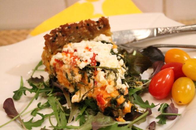 sötpotatispaj vegetarisk sötpotatis ruccola fetaost tomat glutenfri mandelmjöl sesamfrön