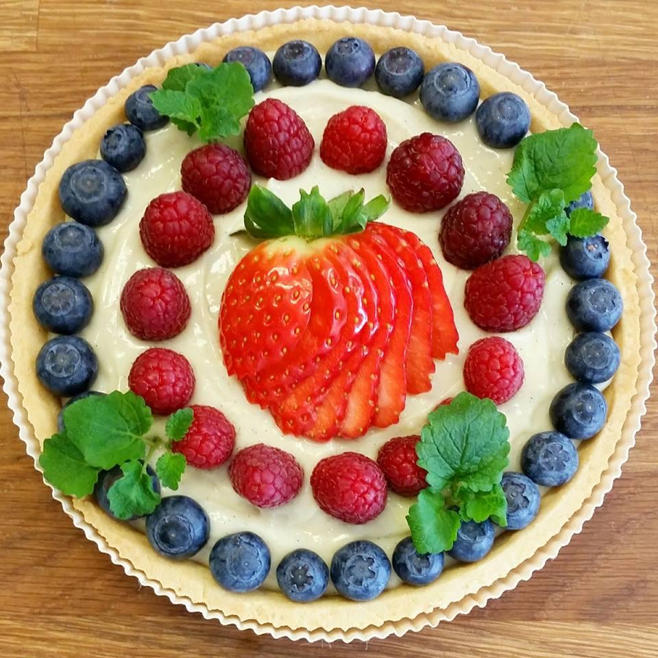 mördeg paj vaniljkräm färska bär hallon jordgubbe blåbär citronmeliss bageri
